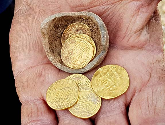 Israeli Archaeologists Unearth Potter's 'Piggy Bank' Filled With ...